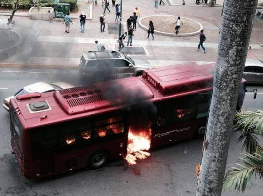 Autobús incendiado en Chacao por los opositores progolpistas